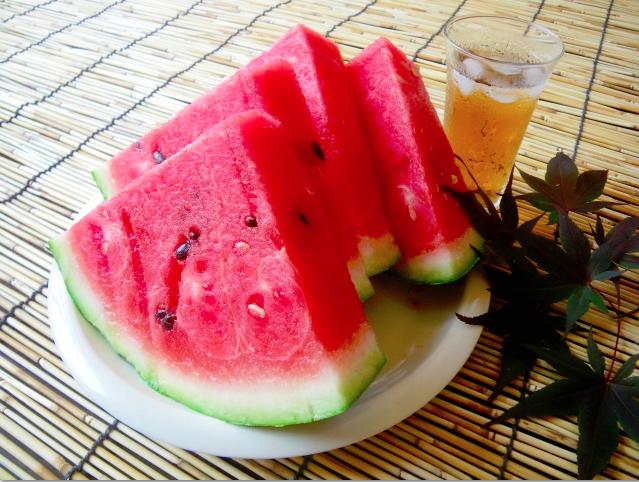 熱中症対策になる食物は、効率的に水分と塩分を摂取できる食べ物のことです。